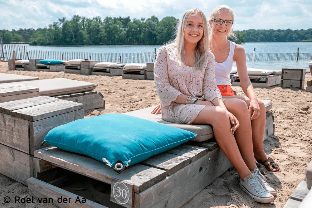 Deze meiden gaan echt niet topless op het strand liggen