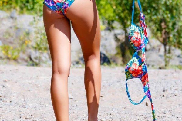 bikini vrouw topless toplessdag blootgewoon